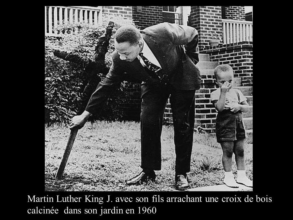 Martin Luther King J. avec son fils arrachant une croix de bois calcinée dans son jardin en 1960