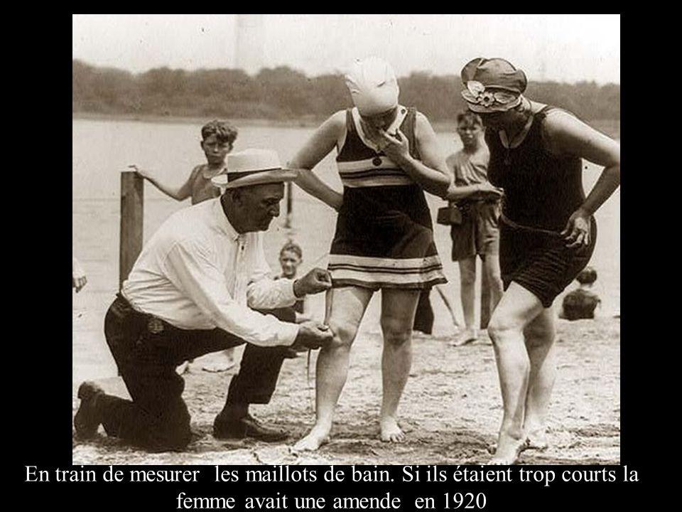 En train de mesurer les maillots de bain