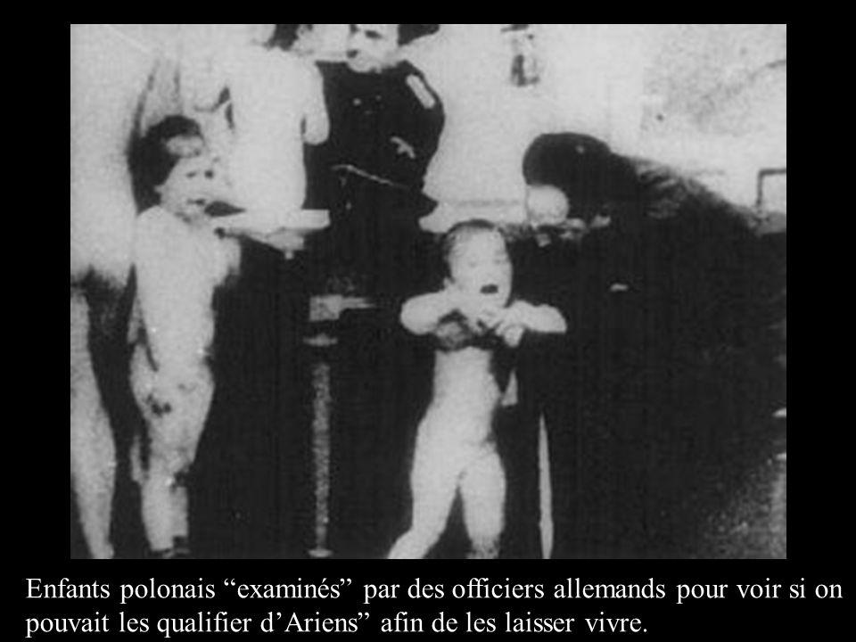 Enfants polonais examinés par des officiers allemands pour voir si on pouvait les qualifier d'Ariens afin de les laisser vivre.