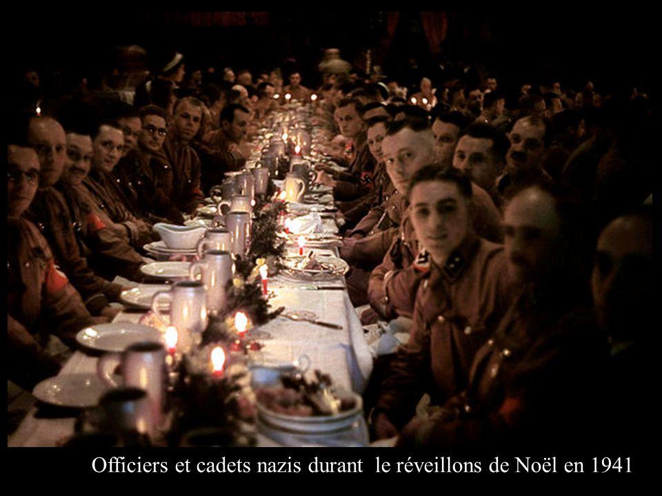 Officiers et cadets nazis durant le réveillons de Noël en 1941