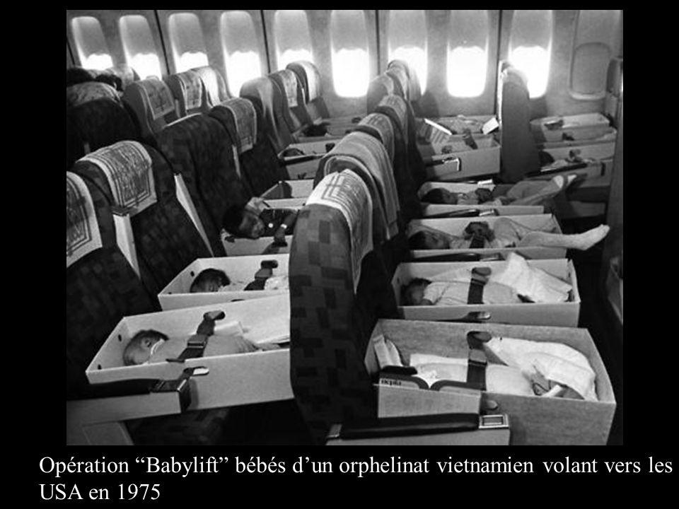 Opération Babylift bébés d'un orphelinat vietnamien volant vers les USA en 1975