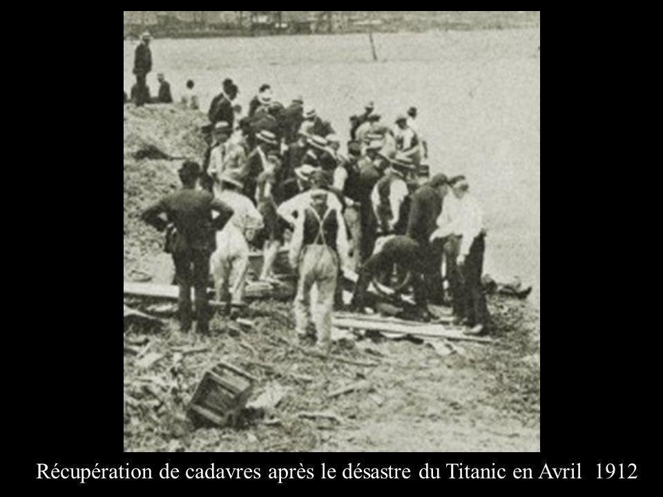 Récupération de cadavres après le désastre du Titanic en Avril 1912