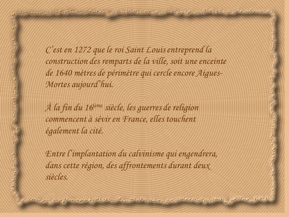 C'est en 1272 que le roi Saint Louis entreprend la construction des remparts de la ville, soit une enceinte de 1640 mètres de périmètre qui cercle encore Aigues-Mortes aujourd'hui.