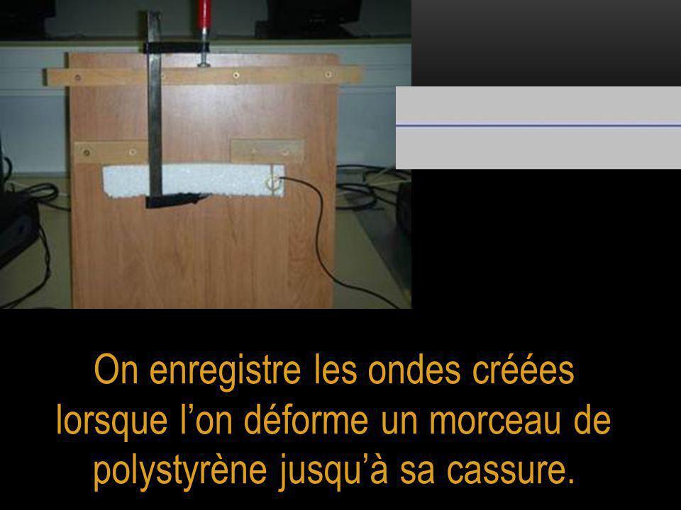 On enregistre les ondes créées lorsque l'on déforme un morceau de polystyrène jusqu'à sa cassure.