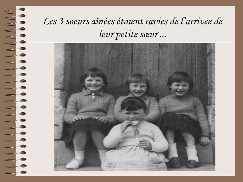 Les 3 soeurs aînées étaient ravies de l'arrivée de leur petite sœur ...