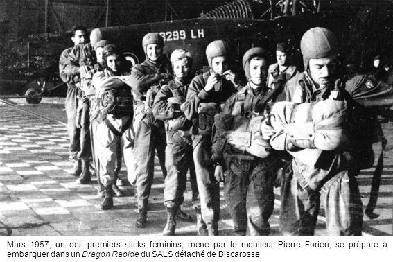 Mars 1957, un des premiers sticks féminins, mené par le moniteur Pierre Forien, se prépare à embarquer dans un Dragon Rapide du SALS détaché de Biscarosse