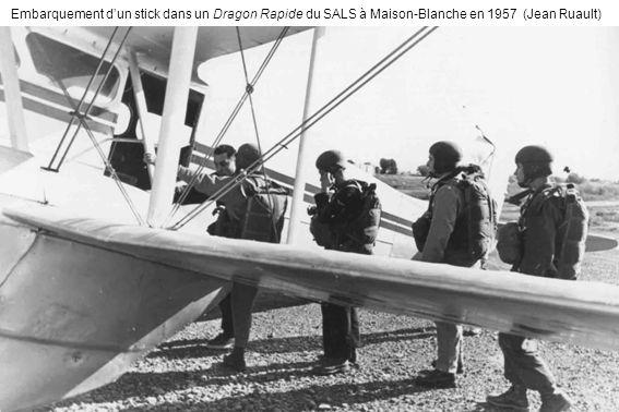 Embarquement d'un stick dans un Dragon Rapide du SALS à Maison-Blanche en 1957 (Jean Ruault)
