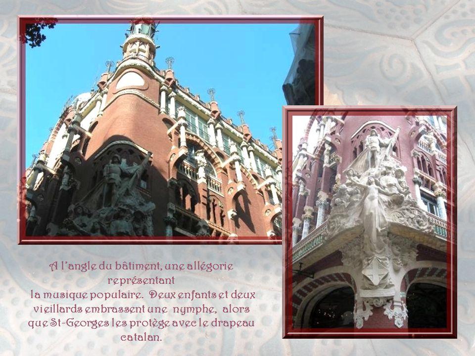 A l'angle du bâtiment, une allégorie représentant
