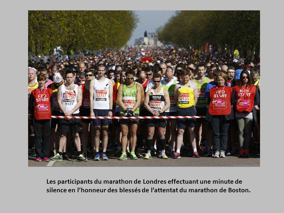 Les participants du marathon de Londres effectuant une minute de silence en l'honneur des blessés de l'attentat du marathon de Boston.
