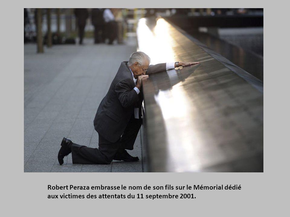 Robert Peraza embrasse le nom de son fils sur le Mémorial dédié aux victimes des attentats du 11 septembre 2001.