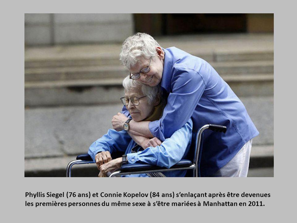 Phyllis Siegel (76 ans) et Connie Kopelov (84 ans) s'enlaçant après être devenues les premières personnes du même sexe à s'être mariées à Manhattan en 2011.