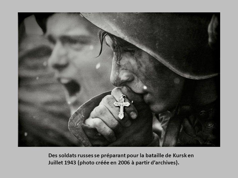 Des soldats russes se préparant pour la bataille de Kursk en Juillet 1943 (photo créée en 2006 à partir d'archives).