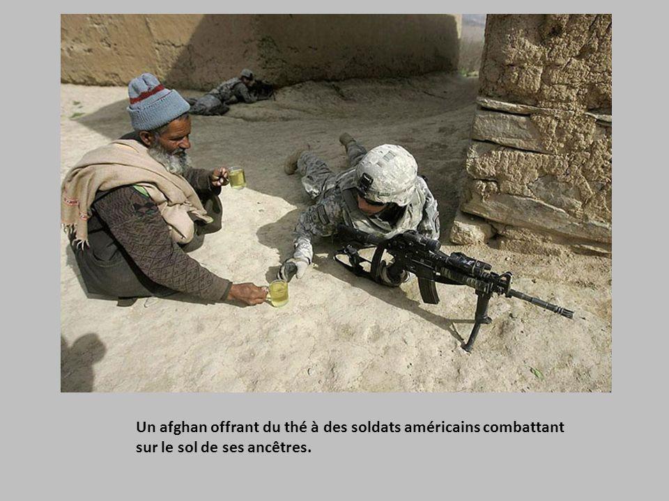 Un afghan offrant du thé à des soldats américains combattant sur le sol de ses ancêtres.