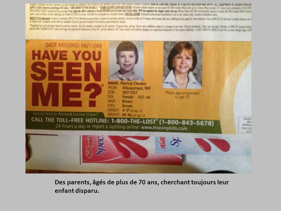 Des parents, âgés de plus de 70 ans, cherchant toujours leur enfant disparu.
