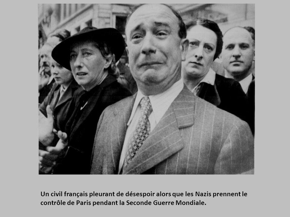 Un civil français pleurant de désespoir alors que les Nazis prennent le contrôle de Paris pendant la Seconde Guerre Mondiale.