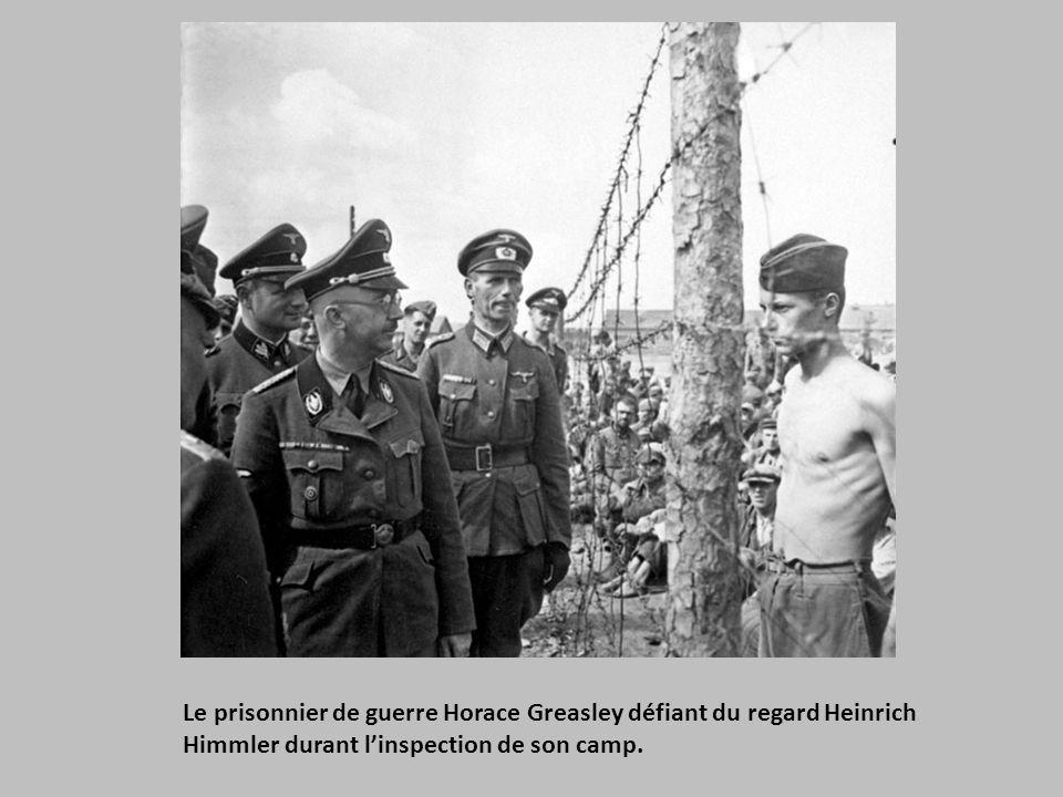 Le prisonnier de guerre Horace Greasley défiant du regard Heinrich Himmler durant l'inspection de son camp.