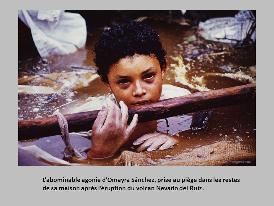 L'abominable agonie d'Omayra Sánchez, prise au piège dans les restes de sa maison après l'éruption du volcan Nevado del Ruiz.