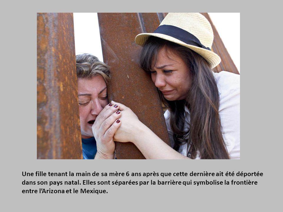 Une fille tenant la main de sa mère 6 ans après que cette dernière ait été déportée dans son pays natal.