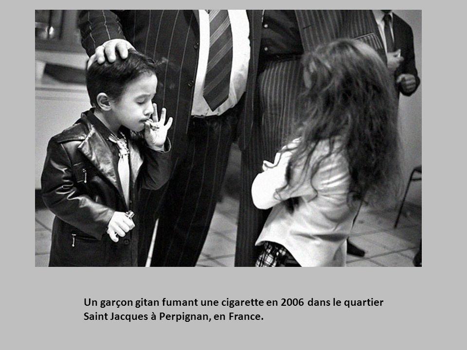 Un garçon gitan fumant une cigarette en 2006 dans le quartier Saint Jacques à Perpignan, en France.