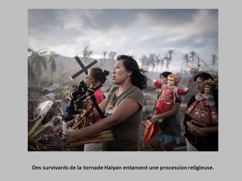 Des survivants de la tornade Haiyan entament une procession religieuse.