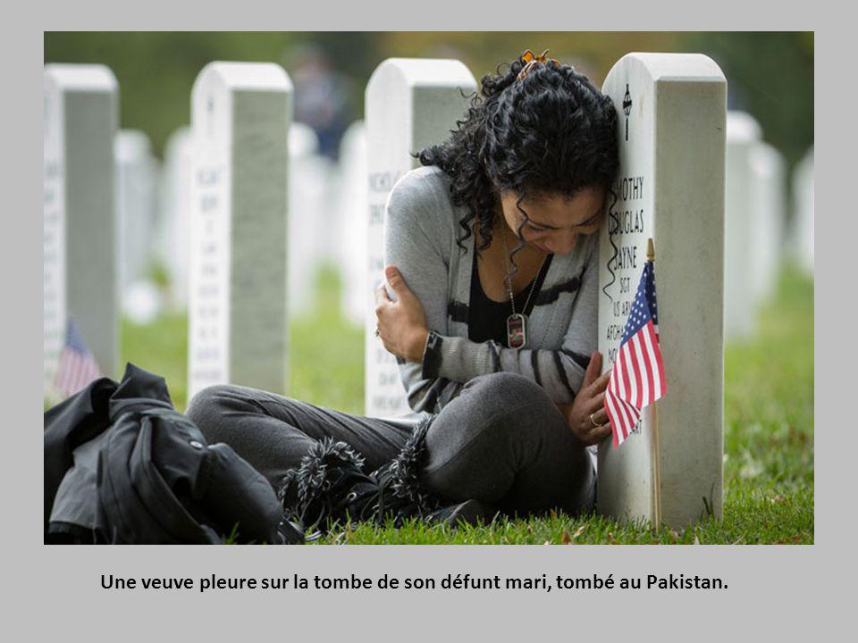 Une veuve pleure sur la tombe de son défunt mari, tombé au Pakistan.