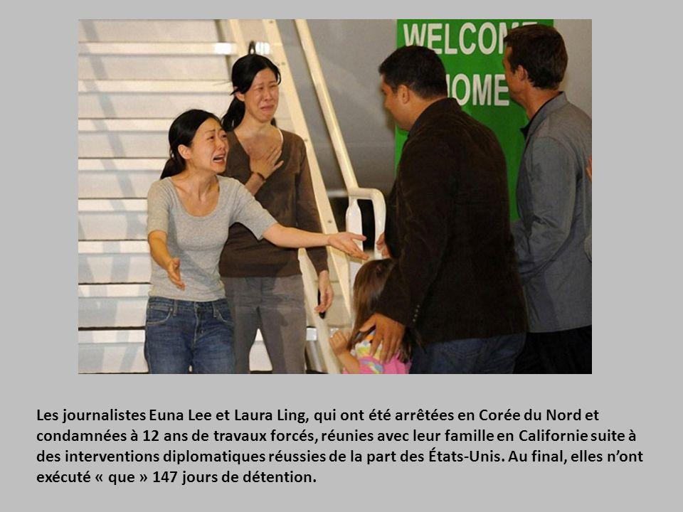 Les journalistes Euna Lee et Laura Ling, qui ont été arrêtées en Corée du Nord et condamnées à 12 ans de travaux forcés, réunies avec leur famille en Californie suite à des interventions diplomatiques réussies de la part des États-Unis.