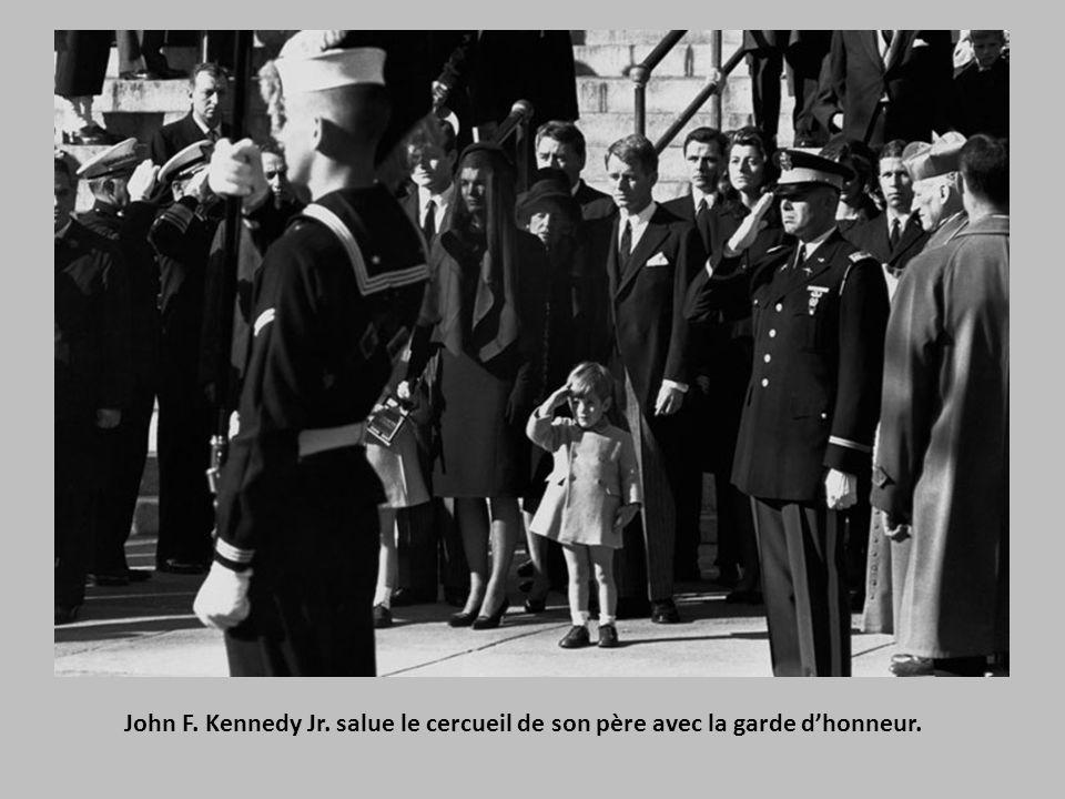 John F. Kennedy Jr. salue le cercueil de son père avec la garde d'honneur.