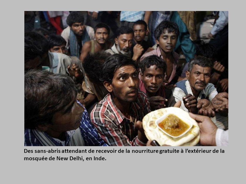 Des sans-abris attendant de recevoir de la nourriture gratuite à l'extérieur de la mosquée de New Delhi, en Inde.