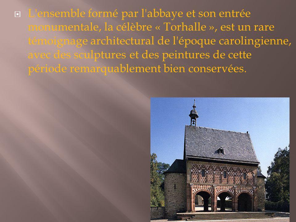 L ensemble formé par l abbaye et son entrée monumentale, la célèbre « Torhalle », est un rare témoignage architectural de l époque carolingienne, avec des sculptures et des peintures de cette période remarquablement bien conservées.