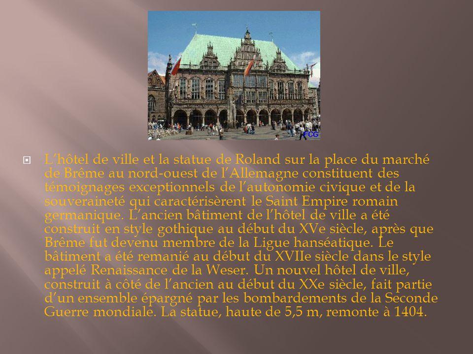 L'hôtel de ville et la statue de Roland sur la place du marché de Brême au nord-ouest de l'Allemagne constituent des témoignages exceptionnels de l'autonomie civique et de la souveraineté qui caractérisèrent le Saint Empire romain germanique.