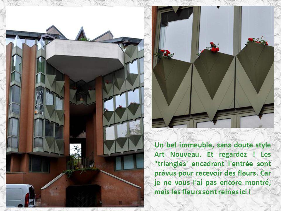 Un bel immeuble, sans doute style Art Nouveau. Et regardez