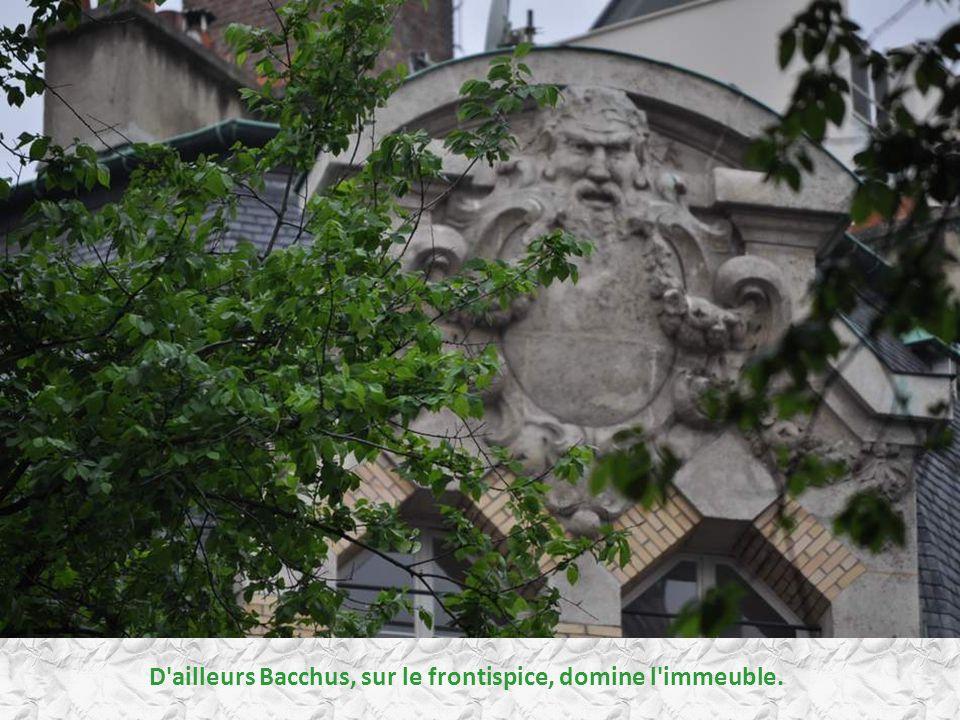 D ailleurs Bacchus, sur le frontispice, domine l immeuble.