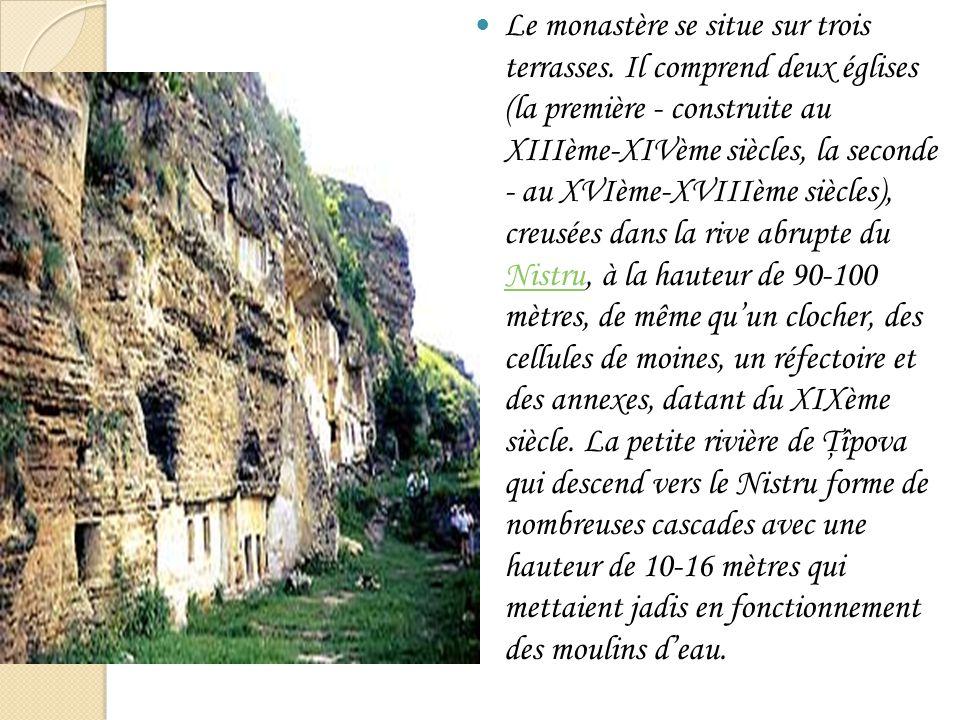 Le monastère se situe sur trois terrasses