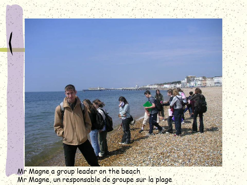 Mr Magne a group leader on the beach Mr Magne, un responsable de groupe sur la plage