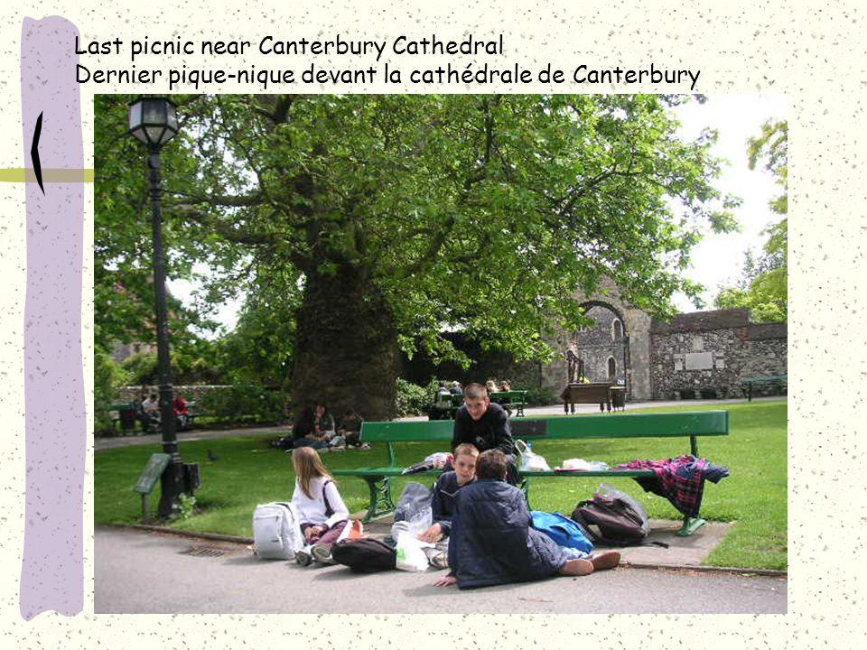 Last picnic near Canterbury Cathedral Dernier pique-nique devant la cathédrale de Canterbury