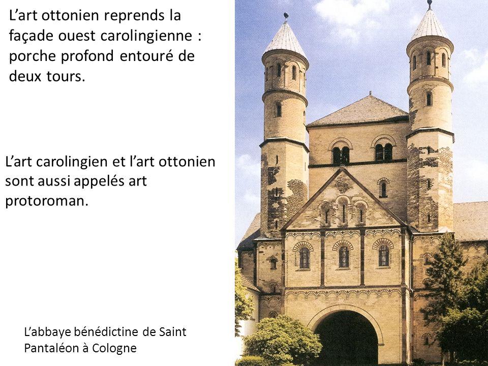 L'art ottonien reprends la façade ouest carolingienne : porche profond entouré de deux tours.