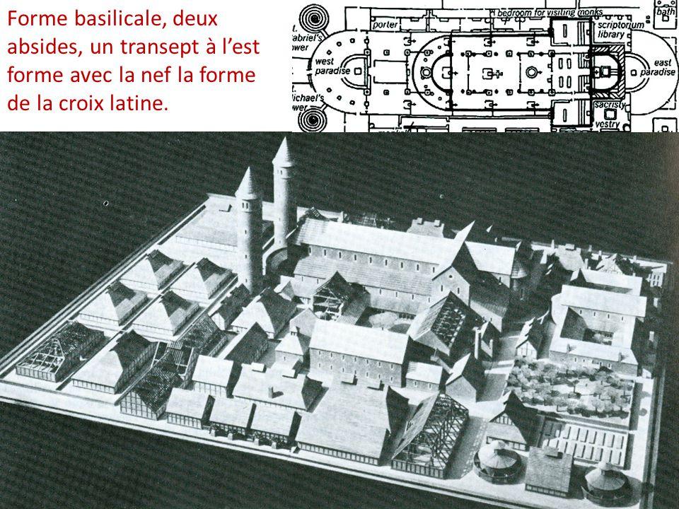 Forme basilicale, deux absides, un transept à l'est forme avec la nef la forme de la croix latine.