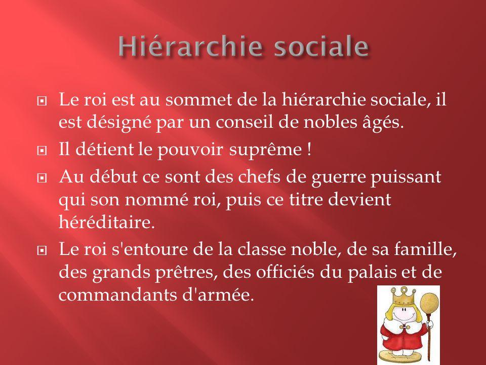 Hiérarchie sociale Le roi est au sommet de la hiérarchie sociale, il est désigné par un conseil de nobles âgés.