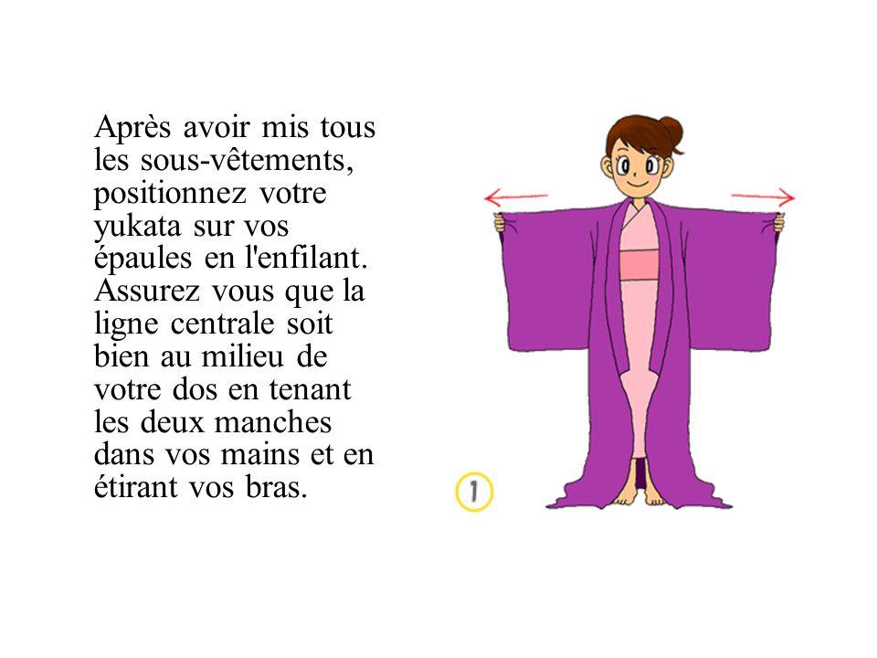 Après avoir mis tous les sous-vêtements, positionnez votre yukata sur vos épaules en l enfilant.