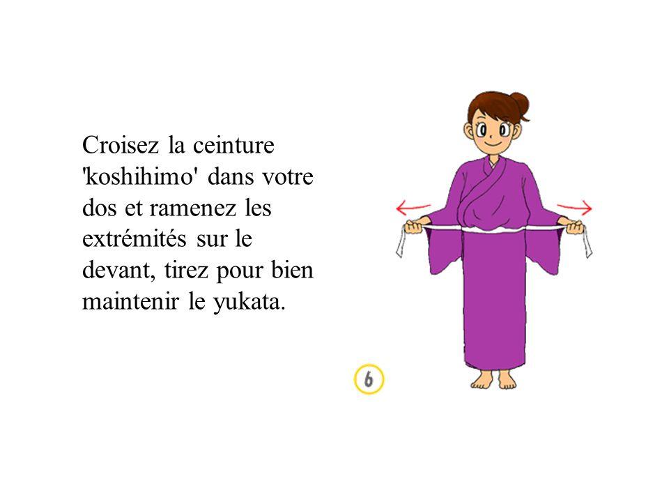 Croisez la ceinture koshihimo dans votre dos et ramenez les extrémités sur le devant, tirez pour bien maintenir le yukata.