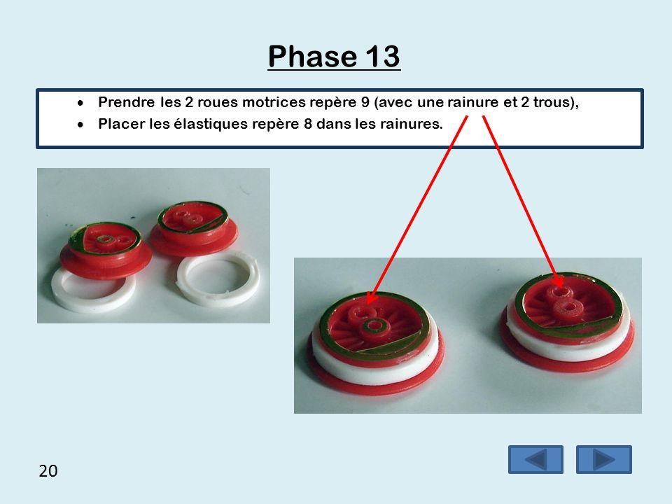 Phase 13 Prendre les 2 roues motrices repère 9 (avec une rainure et 2 trous), Placer les élastiques repère 8 dans les rainures.