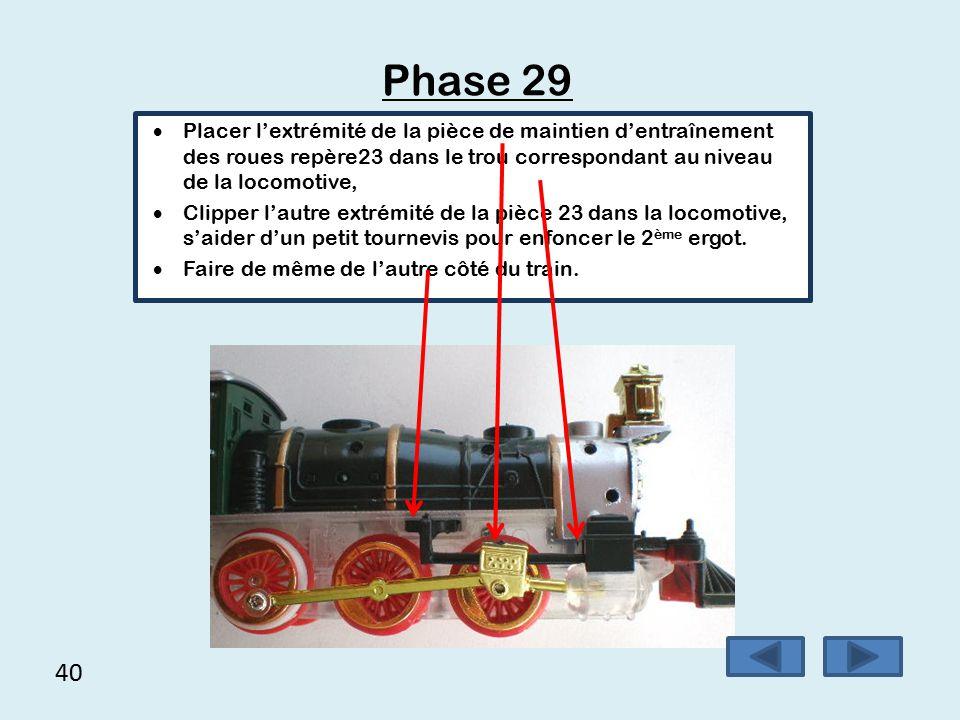 Phase 29 Placer l'extrémité de la pièce de maintien d'entraînement des roues repère23 dans le trou correspondant au niveau de la locomotive,