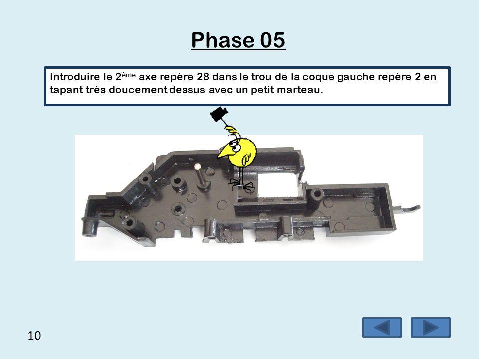 Phase 05 Introduire le 2ème axe repère 28 dans le trou de la coque gauche repère 2 en tapant très doucement dessus avec un petit marteau.