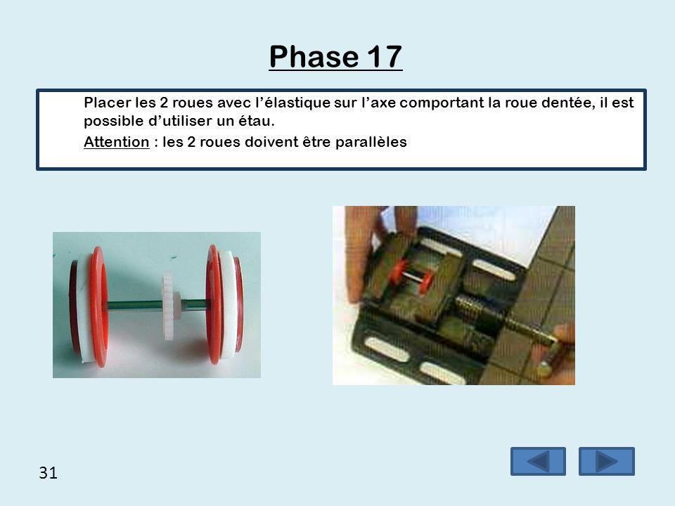 Phase 17 Placer les 2 roues avec l'élastique sur l'axe comportant la roue dentée, il est possible d'utiliser un étau.