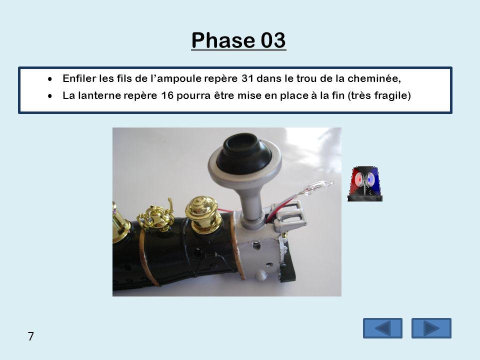 Phase 03 Enfiler les fils de l'ampoule repère 31 dans le trou de la cheminée,