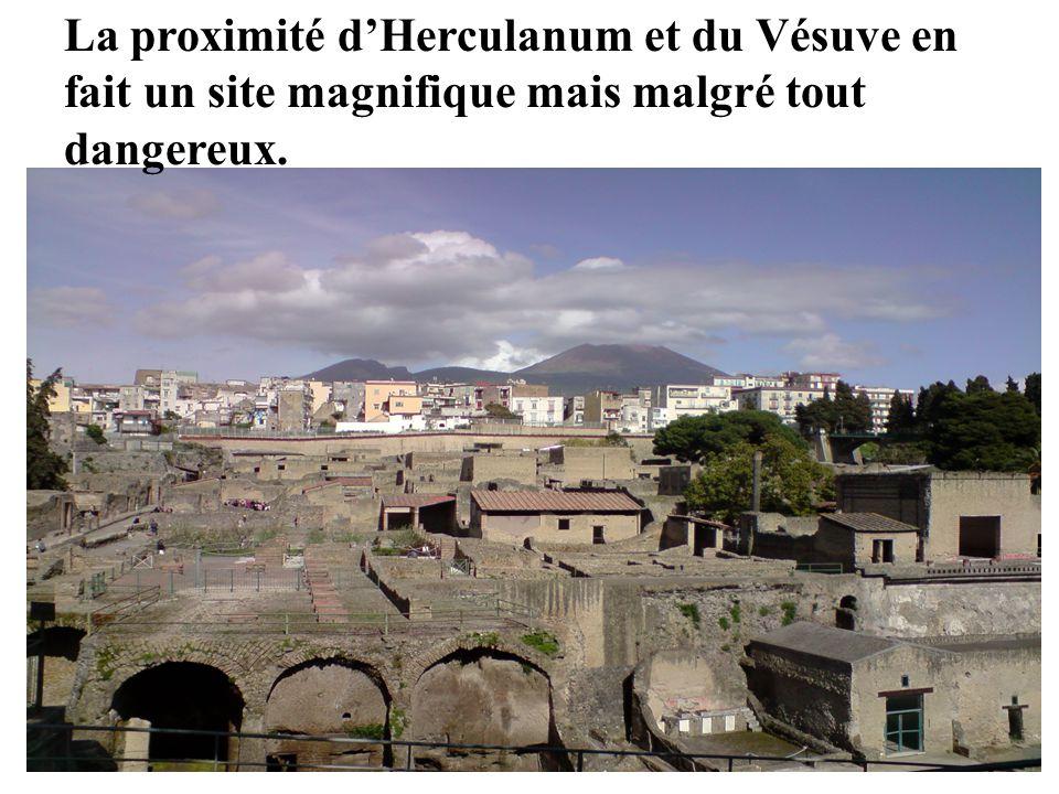 La proximité d'Herculanum et du Vésuve en fait un site magnifique mais malgré tout dangereux.