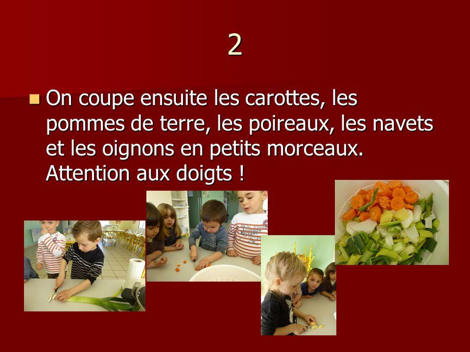 2 On coupe ensuite les carottes, les pommes de terre, les poireaux, les navets et les oignons en petits morceaux.