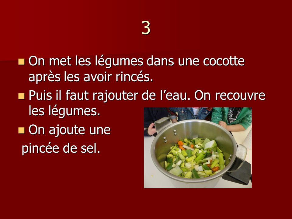 3 On met les légumes dans une cocotte après les avoir rincés.