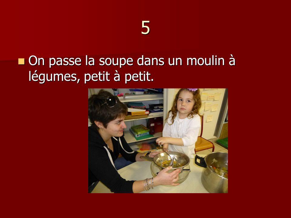 5 On passe la soupe dans un moulin à légumes, petit à petit.