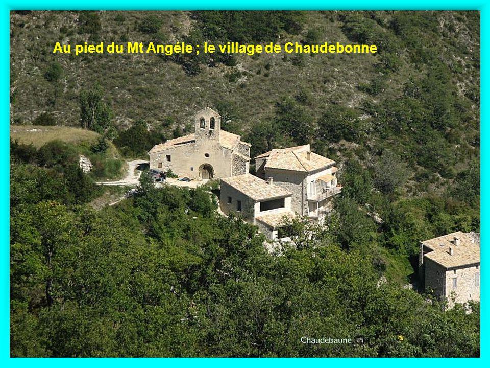 Au pied du Mt Angéle ; le village de Chaudebonne
